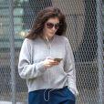 Lorde se balade les cheveux au vent dans les rues de New York, le 13 octobre 2016.