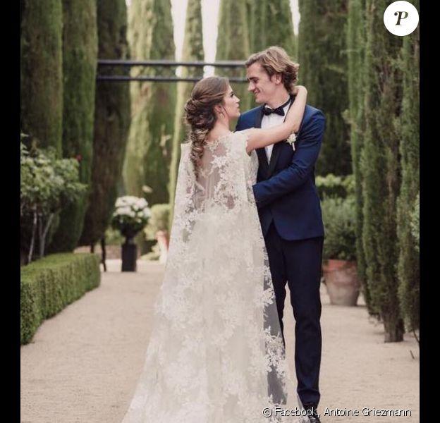 Antoine Griezmann a publié une photo de son mariage avec Erika Choperena sur sa page Facebook le 17 juin 2017.