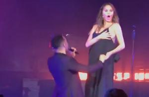 Chrissy Teigen, sein à l'air sur scène avec John Legend... La vidéo hilarante