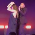 John Legend et sa femme Chrissy Teigen sur la scène de son concert au Madison Square Garden à New York le 27 juin 2017.