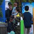 Exclusif - Sandra Bullock s'amuse avec son compagnon Bryan Randall et ses enfants Laila et Louis dans les manèges de Santa Monica Pier à Los Angeles, le 26 mai 2017