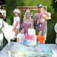 Tori Spelling fête le 9e anniversaire de sa fille Stella, sur le thème licorne, à Los Angeles, le 1er juillet 2017. Ici avec son mari Dean et leurs enfants.