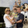 Thomas Voeckler avec sa femme Julie et leur fils Mahe à Disneyland Paris le 25 juillet 2011, après l'arrivée du Tour de France.
