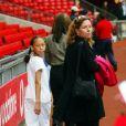Janice, la mère de Rio Ferdinand, avec Sian (la soeur de Rio) à Manchester en 2002.