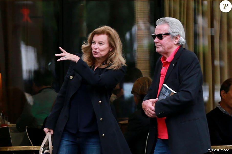 """Exclusif - Alain Delon et Valérie Trierweiler sortent du restaurant """"Le Berkeley"""" à Paris le 1er juillet 2017."""
