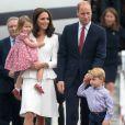Kate Middleton et le prince William sont arrivés le 17 juillet 2017 à Varsovie avec leurs enfants le prince George et la princesse Charlotte de Cambridge pour une visite officielle de cinq jours en Pologne et en Allemagne.