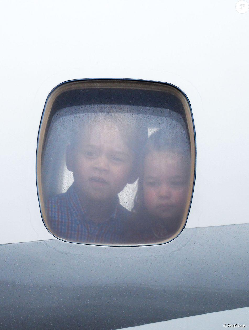 George et Charlotte de Cambridge, curieux, au hublot de l'avion privé après l'atterrissage à l'aéroport de Varsovie. Kate Middleton et le prince William sont arrivés le 17 juillet 2017 à Varsovie avec leurs enfants le prince George et la princesse Charlotte de Cambridge pour une visite officielle de cinq jours en Pologne et en Allemagne.