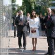 Le prince William et la duchesse Catherine de Cambridge se sont recueillis devant le Mur du Souvenir lors de leur visite du Musée de l'Insurrection de Varsovie le 17 juillet 2017 dans le cadre de leur visite officielle en Pologne.