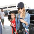 Jessica Alba arrive à l'aéroport LAX de Los Angeles avec sa fille Honor, le 10 juillet 2017.