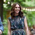 La duchesse Catherine de Cambridge portait une robe Markus Lupfer le 20 juillet 2017 lors de sa visite avec William de la Clärchens Ballhaus, la plus ancienne salle de bal de Berlin, dans le cadre de leur visite officielle en Allemagne.