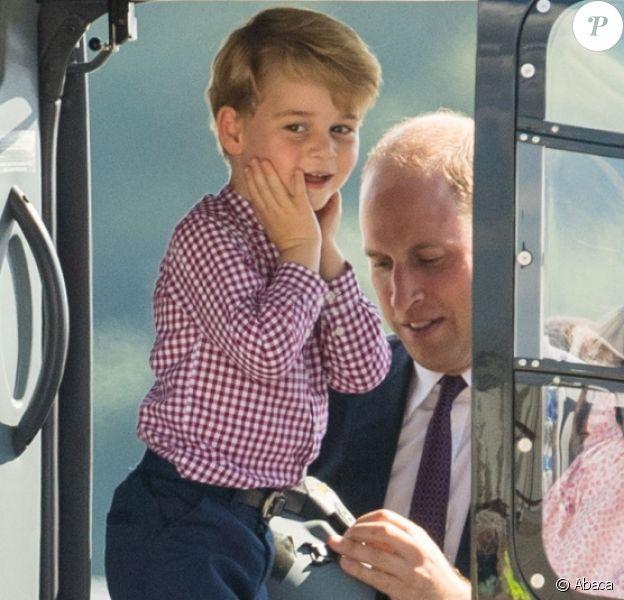 Le prince George tout excité à bord d'un hélicoptère, la même passion que papa ! Kate Middleton et le prince William ont achevé leur visite officielle en Allemagne avec leurs enfants le prince George et la princesse Charlotte de Cambridge le 21 juillet 2017, décollant de Hambourg pour regagner le Royaume-Uni.
