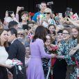 La duchesse Catherine de Cambridge rencontre le public aux abords de l'Elbphilharmonie à Hambourg le 21 juillet 2017.