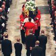 """Le prince William et le prince Harry, alors âgés de 15 et 12 ans, ont dû marcher derrière le cercueil de leur mère la Lady Diana en public avec le duc d'Edimbourg, le prince Charles et le comte Charles Spencer, pendant une interminable demi-heure lors des obsèques nationales de la princesse le 6 septembre 1997 en l'abbaye de Westminster à Londres. """"Bien sûr qu'ils ne voulaient pas faire ça"""", a révélé en juillet 2017 leur oncle Charles Spencer."""