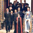 """Le prince William et le prince Harry, alors âgés de 15 et 12 ans, ont dû marcher derrière le cercueil de leur mère la Lady Diana en public avec le duc d'Edimbourg, le prince Charles et le comte Charles Spencer, pendant une interminable demi-heure lors des obsèques nationales de la princesse le 6 septembre 1997 à Londres. """"Bien sûr qu'ils ne voulaient pas faire ça"""", a révélé en juillet 2017 leur oncle Charles Spencer."""
