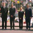 """Le prince William et le prince Harry ont dû marcher derrière le cercueil de leur mère la Lady Diana en public avec le duc d'Edimbourg, le prince Charles et le comte Charles Spencer, pendant une interminable demi-heure lors des obsèques nationales de la princesse le 6 septembre 1997 à Londres. """"Bien sûr qu'ils ne voulaient pas faire ça"""", a révélé en juillet 2017 leur oncle Charles Spencer."""
