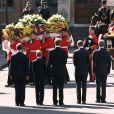 """Le prince William et le prince Harry, alors âgés de 15 et 12 ans, ont dû suivre le cercueil de leur mère la Lady Diana en public avec le duc d'Edimbourg, le prince Charles et le comte Charles Spencer, pendant une interminable demi-heure lors des obsèques nationales de la princesse le 6 septembre 1997 à Londres. """"Bien sûr qu'ils ne voulaient pas faire ça"""", a révélé en juillet 2017 leur oncle Charles Spencer."""