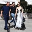 Céline Dion et son danseur Pepe Munoz sont allés faire du shopping à la boutique Schiaparelli à Paris, avant de se rendre à l'hôtel Ritz. Le 1er août 2017