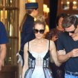 Céline Dion et son danseur Pepe Munoz sortent de l'hôtel Ritz à Paris, le 1er août 2017. La chanteuse a déposé Pepe en bas de l'avenue George V avant de rentrer à son hôtel.