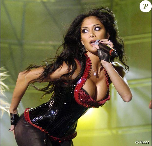 Nicole Sherzinger, la plus sexy des Pussycat Dolls sait qu'il ne faut pas baisser les bras, mais plutôt son décolleté pour rester en tête des charts !