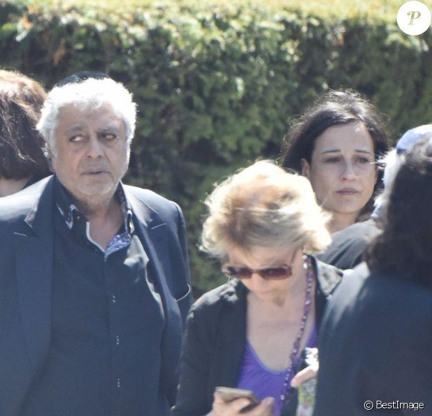 Exclusif - Enrico Macias et sa fille Jocya Ghrenassia- Obsèques de l'agent artistique Charley Marouani au cimetière nouveau de Neuilly-sur-Seine le 3 août 2017