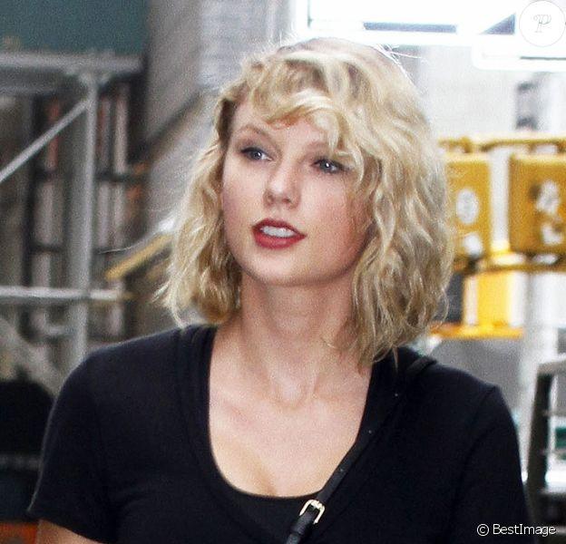 Taylor Swift se promène, accompagnée de ses gardes du corps, dans les rues de New York, le 7 septembre 2016