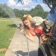 Tonya Kinzinger sublime en bikini lors de ses vacances.