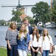 Le roi Willem-Alexander et la reine Maxima des Pays-Bas avec leurs trois filles, la princesse héritière Catharina-Amalia, la princesse Alexia et la princesse Ariane, posant pour la traditionnelle séance photo des vacances d'été le 7 juillet 2017 à Warmond.