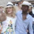 Madonna se balade avec ses enfants David Banda, Esther et Stella dans les rues de Lecce en Italie, le 17 août 2017.