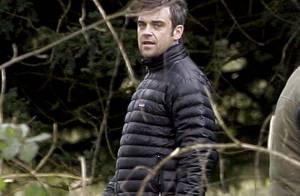 Robbie Williams il s'installe bien en Angleterre... et dans son château ! Regardez !