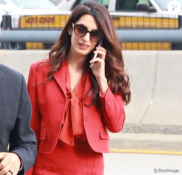 Amal Clooney arrive à l'aéroport JFK de New York City, New York, Etats-Unis, le 21 septembre 2017. Amal Clooney était à la 72e assemblée générale de l'organisation des Nations-Unis (ONU). Elle porte un sac Michael Kors et des talons Manolo Blahnik, ainsi qu'une robe Bottega Venega.