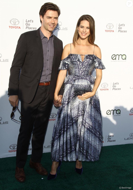 Lyndsy Fonseca, enceinte, et son mari Noah Bean à la 27e soirée EMA Awards au Barker Hangar à Santa Monica, le 23 septembre 2017.