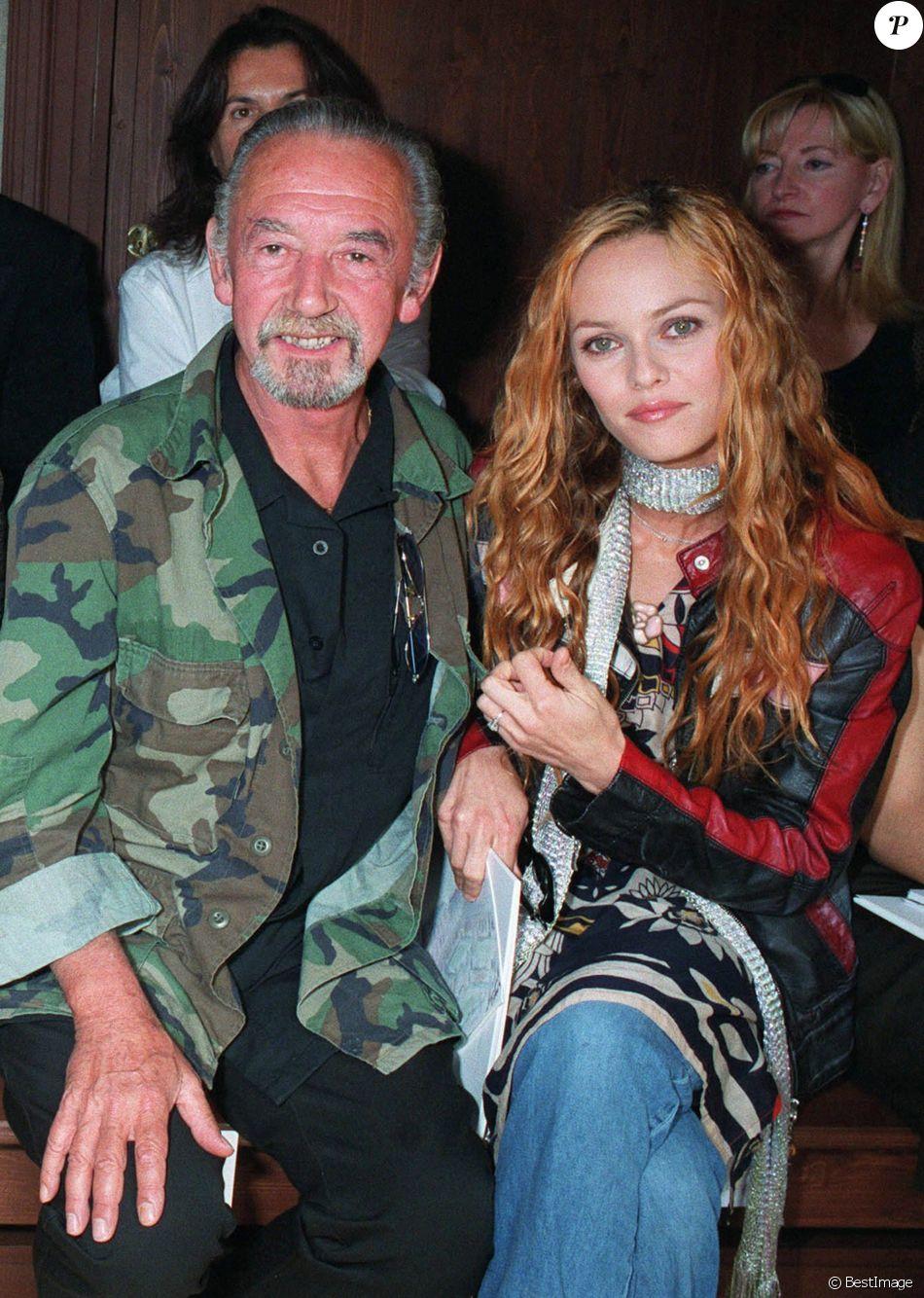 André et Vanessa Paradis au défilé Chanel pour la collection Haute Couture automne-hiver 2003-2004 à Paris en juillet 2003