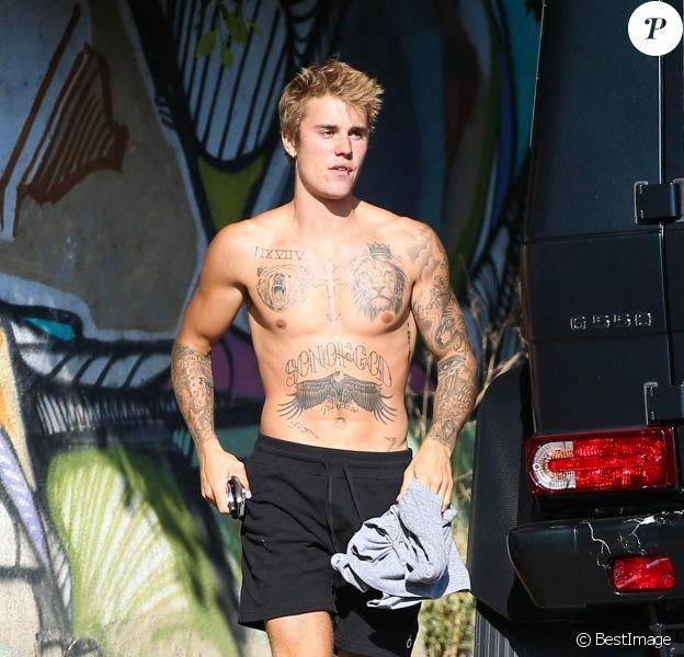 Exclusif - Justin Bieber fait du skate torse nu à West Hollywood le 16 septembre 2017.