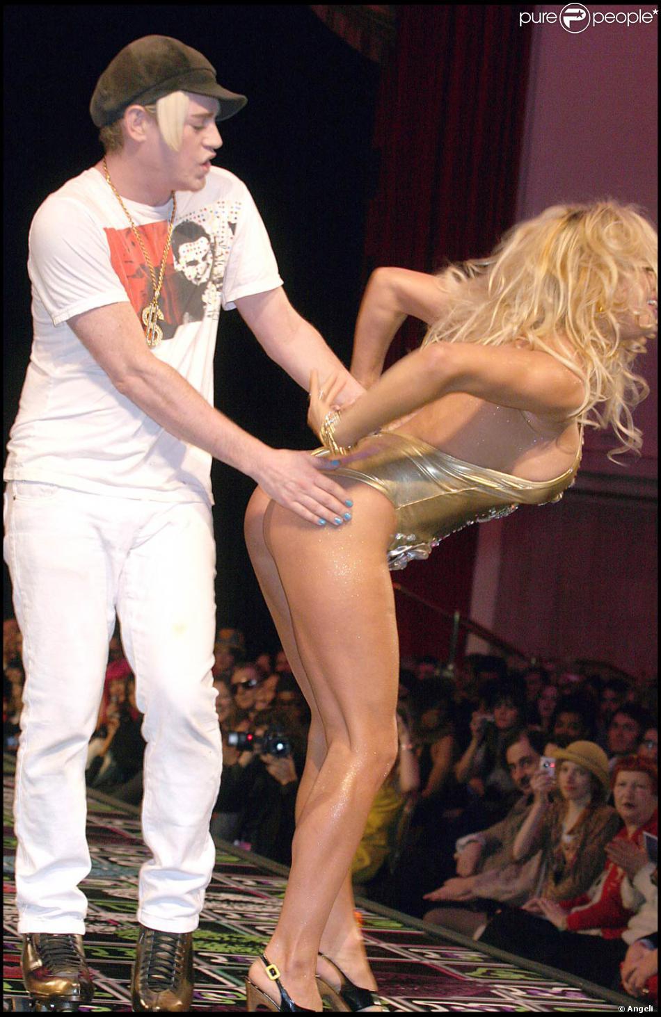 VIDEO Pamela Anderson soffre un sex-toy pour la