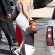Kim Kardashian avec son fils Saint West - La famille Kardashian emmène ses enfants jouer au Glowzone à Woodland Hills, le 22 septembre 2017