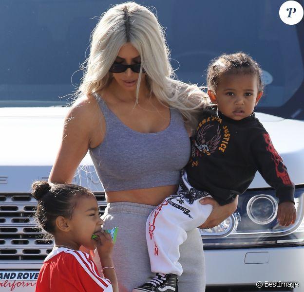 Kim Kardashian avec sa fille North West et son fils Saint West - La famille Kardashian emmène ses enfants jouer au Glowzone à Woodland Hills, le 22 septembre 2017