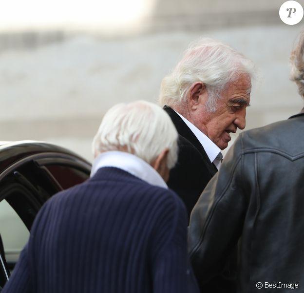 Jean-Paul Belmondo et son fils Paul (de dos) lors des obsèques de Jean Rochefort en l'église Saint-Thomas d'Aquin à Paris, le 13 octobre 2017