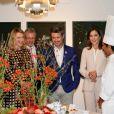Le prince Frederik et la princesse Mary de Danemark visitent une exposition sur le mode de vie et l'alimentation à l'ambassade du Danemark à Tokyo, au Japon, le 12 octobre 2017.