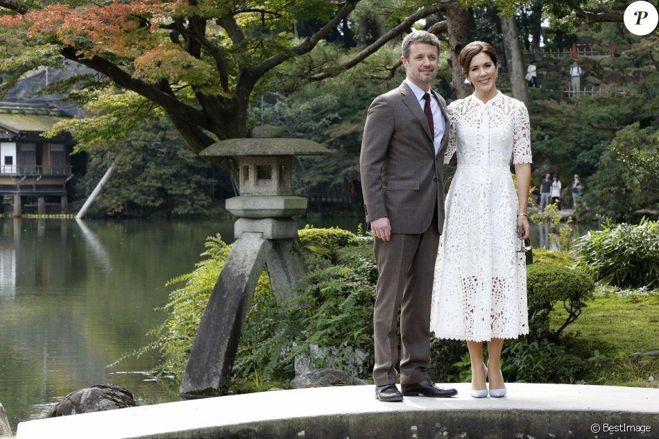 Le prince Frederik et la princesse Mary de Danemark, pause/pose romantique au jardin Kenroku-en à Kanazawa lors d'un voyage officiel pour célébrer les 150 ans de relations diplomatiques entre le Danemark et le Japon, le 09 octobre 2017.