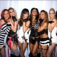 Les Pussycat Dolls à Londres en 2005, peu de temps après le départ de Kaya Jones. (Troisième en partant de la gauche se trouve Robin Antin, créatrice du groupe).