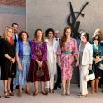 La princesse Lalla Salma du Maroc entourée notamment de Betty Catroux, Catherine Deneuve et Marisa Berenson (à sa droite) et de Jack Lang et sa femme Monique (à sa gauche) le 14 octobre 2017 pour l'inauguration du musée Yves Saint Laurent (mYSLm).