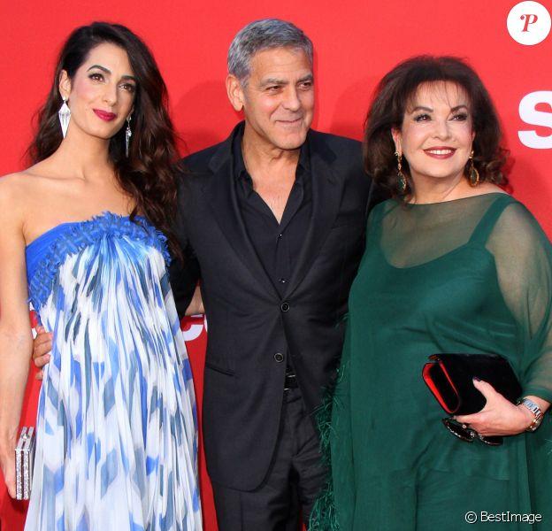 """Amal et George Clooney avec Baria Alamuddinà la première de """"Suburbicon"""" au théâtre Regency Village à Westwood, le 22 octobre 2017"""