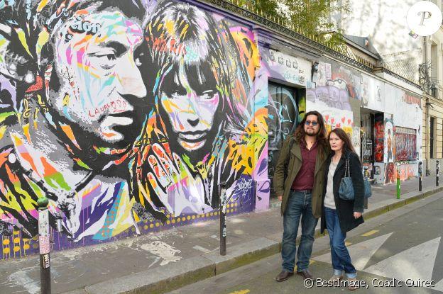 Lulu Gainsbourg et sa mère Bambou posant devant le 5 bis, rue de Verneuil, ancien hôtel particulier de Serge Gainsbourg, en marge du lancement officiel de l'Association Serge Gainsbourg au cabaret Don Camilo à Paris, le 2 avril 2017. © Coadic Guirec/Bestimage