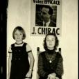 """Capture d'écran des reportages """"Jacques Chirac, l'homme qui ne voulait pas être président"""", dans le cadre de l'émission de Laurent Delahousse, puis """"Bernadette Chirac, mémoires d'une femme libre"""", diffusés sur France 2, le 16 ocobre 2016. Laurence et sa soeur Claude devant une affiche de campagne de leur père."""