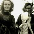 """Capture d'écran des reportages """"Jacques Chirac, l'homme qui ne voulait pas être président"""", dans le cadre de l'émission de Laurent Delahousse, puis """"Bernadette Chirac, mémoires d'une femme libre"""", diffusés sur France 2, le 16 ocobre 2016. Bernadette et ses filles, Claude et Laurence."""