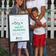 """""""Exclusif - Jeremy Meeks, son fils Jeremy Meeks Jr. et sa compagne Chloe Green sont allés déjeuner au restaurant The Ivy à Los Angeles. En attendant le voiturier, les amoureux s'embrassent, et Jeremy s'amuse avec son fils , le 23 octobre 2017."""""""