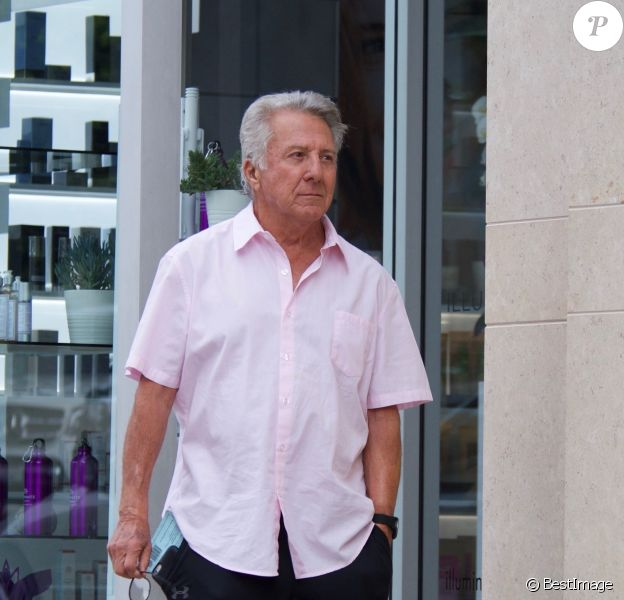 Exclusif - Dustin Hoffman est allé diner avec sa femme Lisa Hoffman à Brentwood, le 29 octobre 2017  Exclusive - Dustin Hoffman enjoys lunch with his wife Lisa Hoffman. The married couple look cute as they walk arm in arm down the street. 29th october 201729/10/2017 - Los Angeles