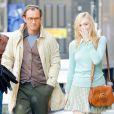 """Elle Fanning et Jude Law sur le tournage de """"A Rainy Day in New York"""" de Woody Allen, à New York le 20 octobre 2017."""