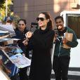 Angelina Jolie salue ses fans et signe des autographes à son arrivée au Directors Guild of America évent à Los Angeles, le 4 novembre 2017