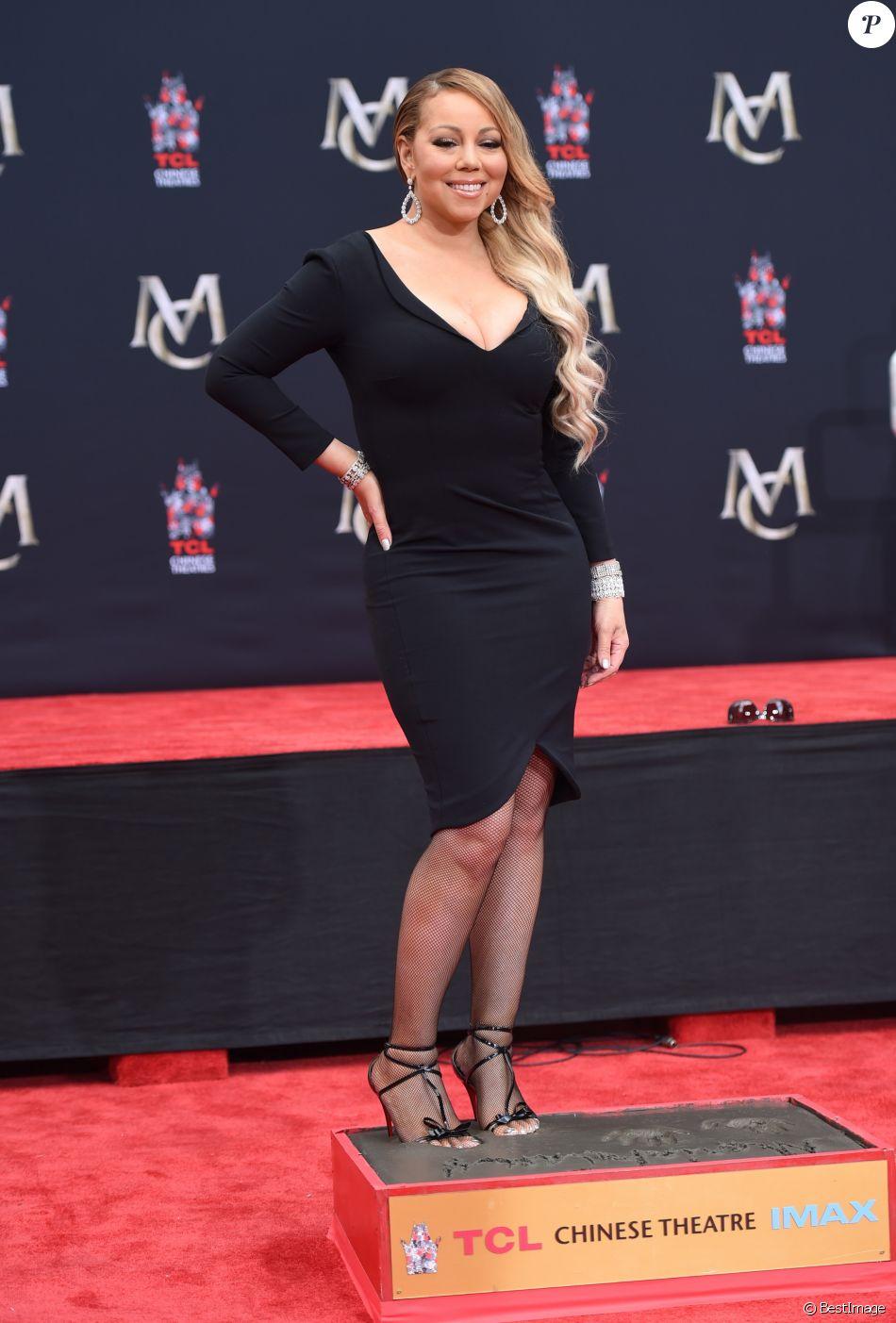 Mariah Carey laisse ses empreintes dans le ciment lors d'une cérémonie au Chinese Theater à Hollywood. Los Angeles, le 1er novembre 2017. © Chris Delmas/Bestimage